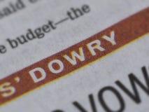 Mitgiftsnachrichten in der Zeitung mit weißen Buchstaben und rotem Hintergrund Lizenzfreie Stockfotografie