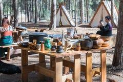 Mitglied der jährlichen Rekonstruktion des Lebens der Wikinger - ` Viking Village-` bringt Besuchern bei, wie man Pfeile im Vorde Lizenzfreie Stockfotos