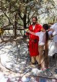 Mitglied des jährlichen Festivals der Ritter von Jerusalem, unterrichtet ein Mädchen, einen Bogen zu schießen stockbild