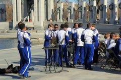 Mitglieder der Band erhalten bereit, Konzert aus Gründen WWII Erinnerungs, nationales Mall, Washington, DC zu spielen im April 20 Stockbild