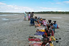 Mitglieder der Masai-Gemeinschaft ihre Waren am See Magadi, Rift Valley, Kenia verkaufend lizenzfreie stockbilder