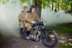 Mitglieder der Militärgeschichte schlagen während der Rekonstruktion des Kampfes des zweiten Weltkriegs mit einer Keule Lizenzfreies Stockfoto