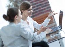 Mitglieder des Geschäfts team das Arbeiten mit Laptop Lizenzfreie Stockfotografie