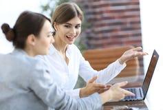 Mitglieder des Geschäfts team das Arbeiten mit Laptop Stockbilder
