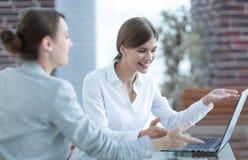 Mitglieder des Geschäfts team das Arbeiten mit Laptop Lizenzfreies Stockbild