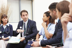 Mitglieder des medizinischen Personals, wenn Sie sich zusammen treffen Lizenzfreies Stockbild