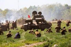 Mitglieder des roten Sterngeschichtsvereins tragen historische sowjetische Uniform während der historischen Wiederinkraftsetzung  Lizenzfreie Stockbilder