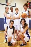 Mitglieder weiblichen Highschool Basketballs Team With Coach stockfoto