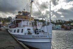 Mitgliedstaat Henrik Ibsen koppelte am Hafen von Halden an Stockfoto