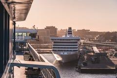 Mitgliedstaat Silja Symphony, die Stockholm-Hafen bei Sonnenuntergang mit den Passagieren logierenen Mitgliedstaat Victoria l?sst stockfotos