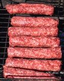 Mititei moldavo e cozinhado na grade no fumo imagens de stock