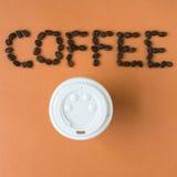 Mitnehmerkaffeetasse mit Wortkaffee buchstabierte in den Bohnen Lizenzfreies Stockbild