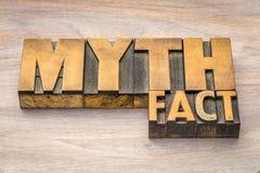 Mito e parola di fatto nel tipo di legno immagini stock libere da diritti