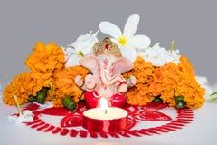 Mitologiczny słonia bóg - Ganesha przy Diwali festiwalem otaczającym kwiatami i lampami obrazy royalty free