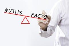 Mitos y hechos, concepto del dibujo de la mano del hombre de negocios de la balanza imágenes de archivo libres de regalías