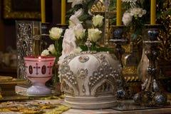 Mitra biskup przy ołtarzem Obrazy Royalty Free