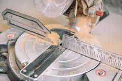 A mitra viu Elimine as placas na serra Enfrentando as placas Ferramenta para o trabalho da carpintaria fotografia de stock royalty free