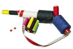 Mitragliatrice con i bottoni e nastro adesivo di cucito del sarto Fotografie Stock