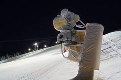Mitragliatrice della neve al pendio dello sci Fotografie Stock Libere da Diritti