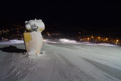 Mitragliatrice della neve al pendio dello sci Fotografia Stock Libera da Diritti