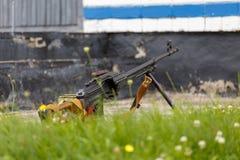 Mitragliatrice tenuta in mano del Kalashnikov di RPK fotografia stock libera da diritti