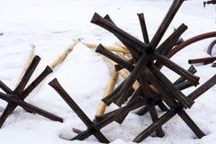 Mitraille industrielle Mitraille rouillée sur la neige blanche photo stock