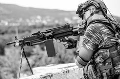 Mitrailleuse légère de l'artilleur M249 d'opérateur radio d'émetteur de Skirmishers noire et blanche Photographie stock libre de droits