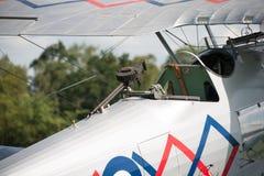 Mitrailleuse sur un Demonbi-avion de colporteur de vintage Photo libre de droits