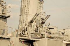 Mitrailleuses sur le destroyer de la deuxième guerre mondiale Image stock