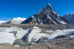 Mitre o pico de montanha no acampamento de Concordia, K2 passeio na montanha, Paquistão imagem de stock royalty free