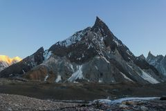 Mitre o pico na escala de Karakoram na opinião do por do sol do acampamento de Concordia, K2 passeio na montanha, Paquistão, Ásia imagem de stock royalty free