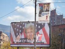 MITROVICA, KOSOVO - 11 DE NOVIEMBRE DE 2016: Cartel servio que apoya a Donald Trump cerca de un potrait del primer ministro servi Fotos de archivo