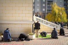 MITROVICA, KOSOVO - 11 DE NOVIEMBRE DE 2016: Musulmanes albaneses de Kosovo que ruegan delante de Isa Beg Mosque Imagenes de archivo