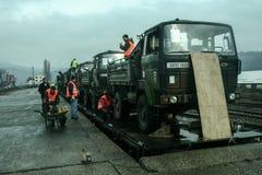 MITROVICA, KOSOVO - 17. FEBRUAR 2009: Der französische Armee-LKW, der auf einem Zug versendet wird, bereiten vor, um die Bahnstat Lizenzfreie Stockfotografie