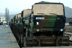 MITROVICA, KOSOVO - 17. FEBRUAR 2009: Der französische Armee-LKW, der auf einem Zug versendet wird, bereiten vor, um die Bahnstat Stockfoto