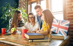 Mitschüler, die etwas besprechen lizenzfreie stockfotografie