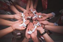 Mitschüler halten Hände zusammen mit Glocken letzter Tag in der Schule Lizenzfreies Stockfoto