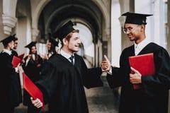 mitschüler kerle umhang universität freundlich stockfotos