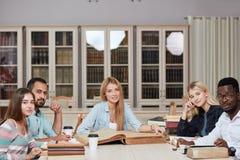 Mitschüler-Klassenzimmer, das internationales Freund-Konzept teilt lizenzfreies stockfoto