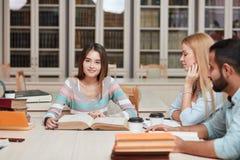 Mitschüler-Klassenzimmer, das internationales Freund-Konzept teilt lizenzfreie stockfotografie