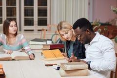 Mitschüler-Klassenzimmer, das internationales Freund-Konzept teilt stockbilder