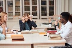 Mitschüler-Klassenzimmer, das internationales Freund-Konzept teilt lizenzfreies stockbild