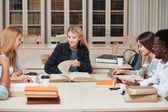Mitschüler-Klassenzimmer, das internationales Freund-Konzept teilt lizenzfreie stockbilder