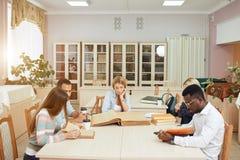 Mitschüler-Klassenzimmer, das internationales Freund-Konzept teilt lizenzfreie stockfotos