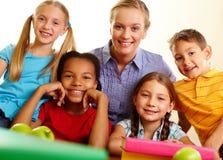 Mitschüler und Lehrer lizenzfreie stockbilder
