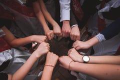 Mitschülergriffhände zusammen letzter Tag in der Schule Stockbilder