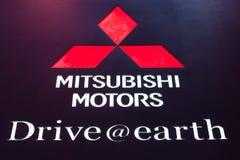 Mitsubishi circule en voiture le logo Images stock