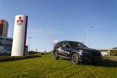 Mitsubishi-het embleem van het motorenbedrijf met Mazda-auto voor het handel drijven die op 31 Maart, 2017 in Praag, Tsjechische  Royalty-vrije Stock Foto's