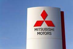 Mitsubishi-het embleem van het motorenbedrijf voor het handel drijven die op 31 Maart, 2017 in Praag, Tsjechische republiek voort Stock Afbeeldingen
