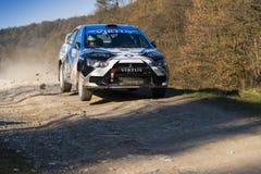 Mitsubishi Lancer Evo X konkurrerar på ettåriga växten samlar Galicia Arkivfoton